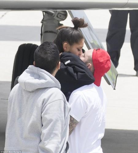 Ariana Grande suy sup xuat hien o san bay sau vu no bom-Hinh-4