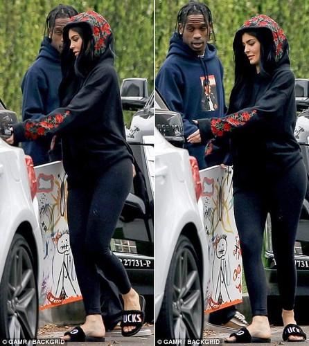 Kylie Jenner duoc tinh moi au yem ngay tren pho-Hinh-4