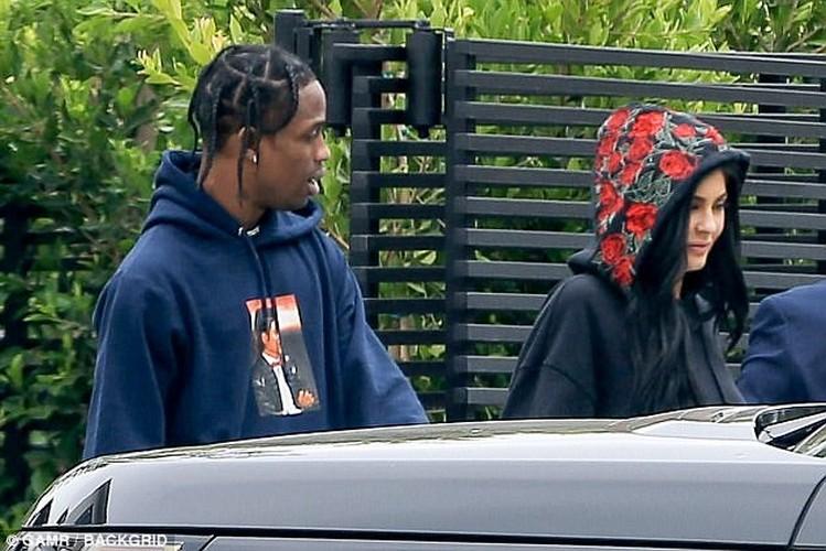 Kylie Jenner duoc tinh moi au yem ngay tren pho-Hinh-5