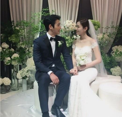 Giay phut ngot ngao trong dam cuoi Lee Sang Woo va Kim So Yeon-Hinh-2