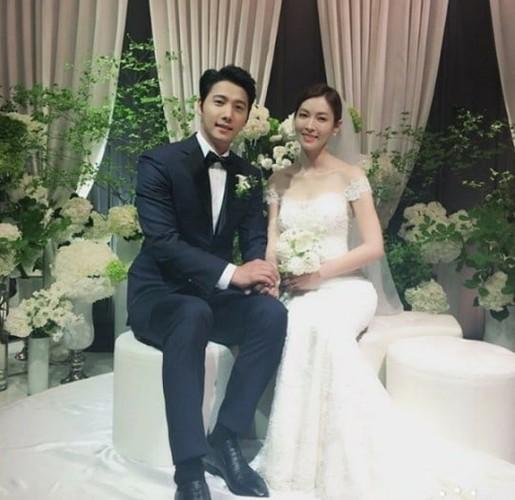 Giay phut ngot ngao trong dam cuoi Lee Sang Woo va Kim So Yeon