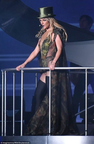 Britney Spears vua dien tren san khau vua hon tinh tre say dam-Hinh-2