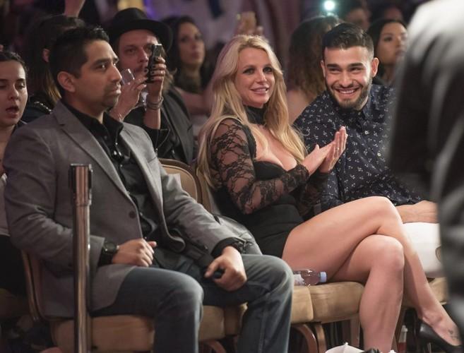 Britney Spears vua dien tren san khau vua hon tinh tre say dam-Hinh-5