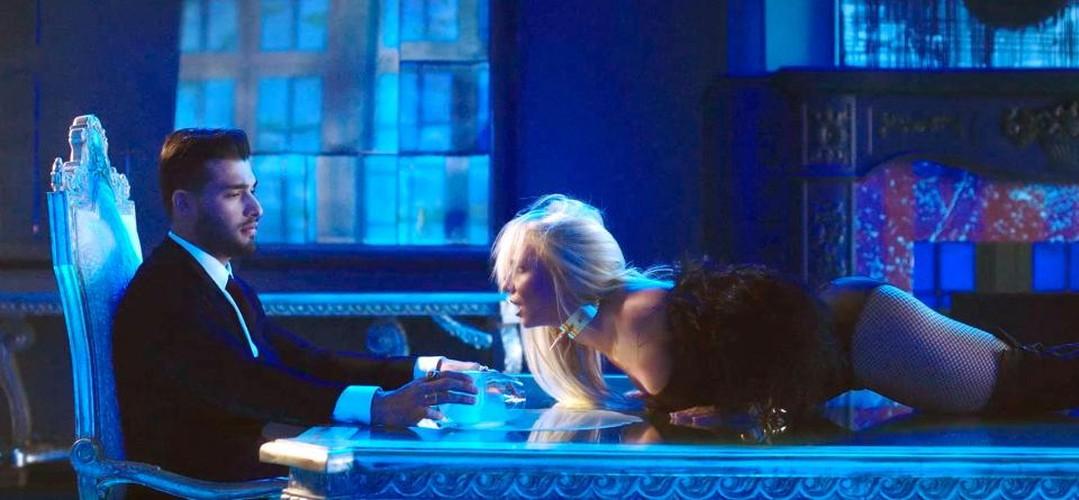 Britney Spears vua dien tren san khau vua hon tinh tre say dam-Hinh-7