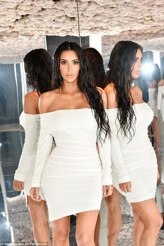 Kim Kardashian bo 2,5 ty thue nguoi de ho con thu 3-Hinh-6