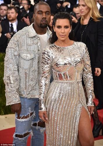 Kim Kardashian bo 2,5 ty thue nguoi de ho con thu 3