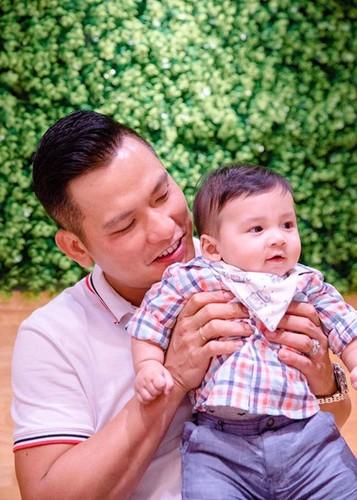 Jennifer Pham khoe con trai 6 thang tuoi cuc dang yeu