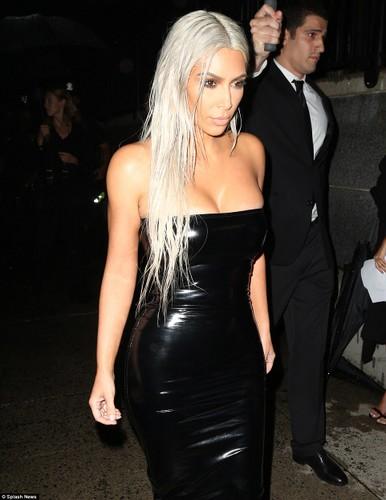 Vong 3 khung cua Kim Kardashian ai nhin cung bong mat-Hinh-5