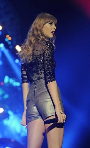 Nhung hinh anh khien Taylor Swift mat diem trong mat fan-Hinh-5