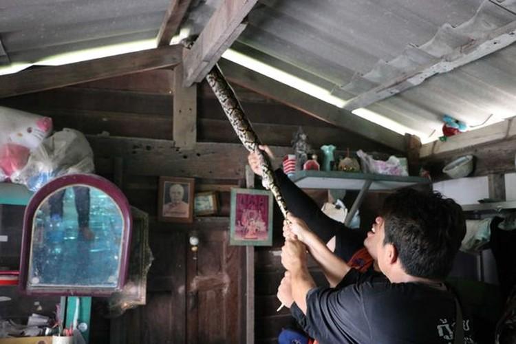 Can canh bat tran khong lo nap trong nha tan cong nguoi-Hinh-2