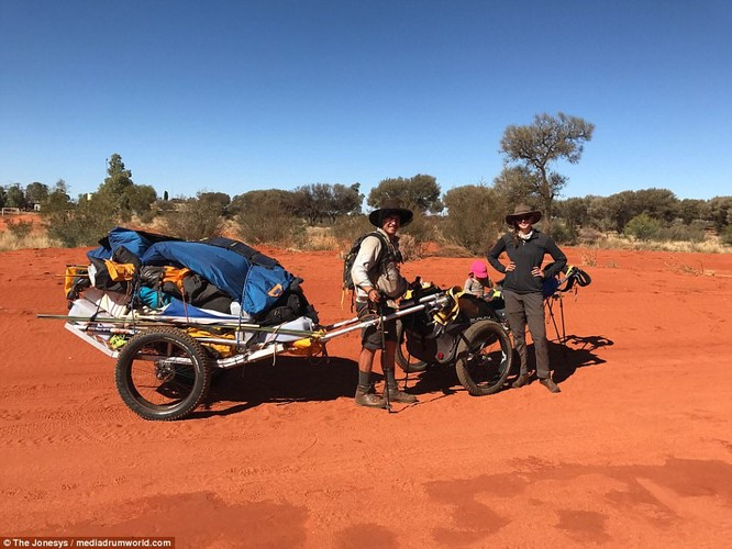 Hanh trinh 1.000 km cua co be mot tuoi o Australia-Hinh-2