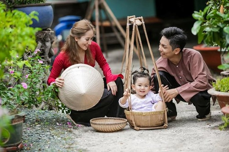 Phan Hien hi hui rua chan cho Khanh Thi-Hinh-10