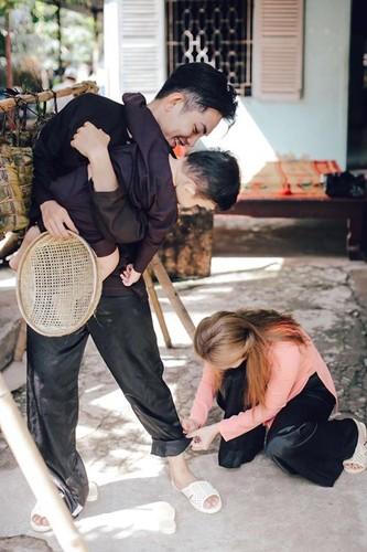 Phan Hien hi hui rua chan cho Khanh Thi-Hinh-15