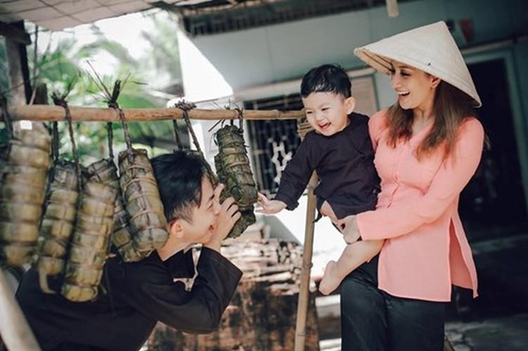 Phan Hien hi hui rua chan cho Khanh Thi-Hinh-19
