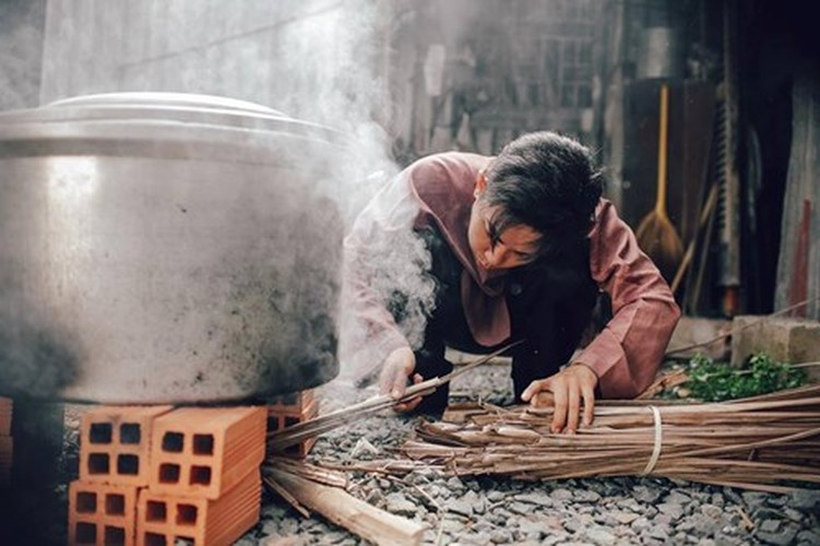 Phan Hien hi hui rua chan cho Khanh Thi-Hinh-2