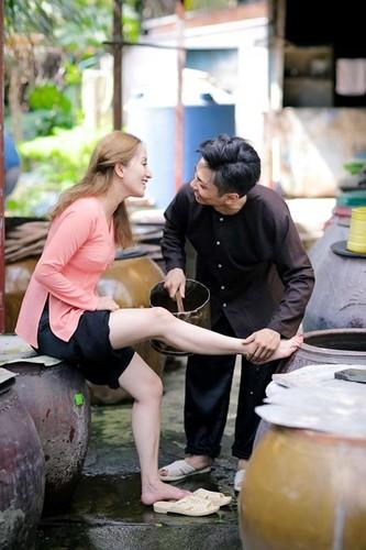 Phan Hien hi hui rua chan cho Khanh Thi-Hinh-22