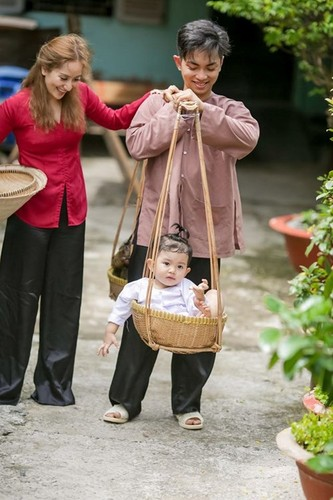Phan Hien hi hui rua chan cho Khanh Thi-Hinh-8