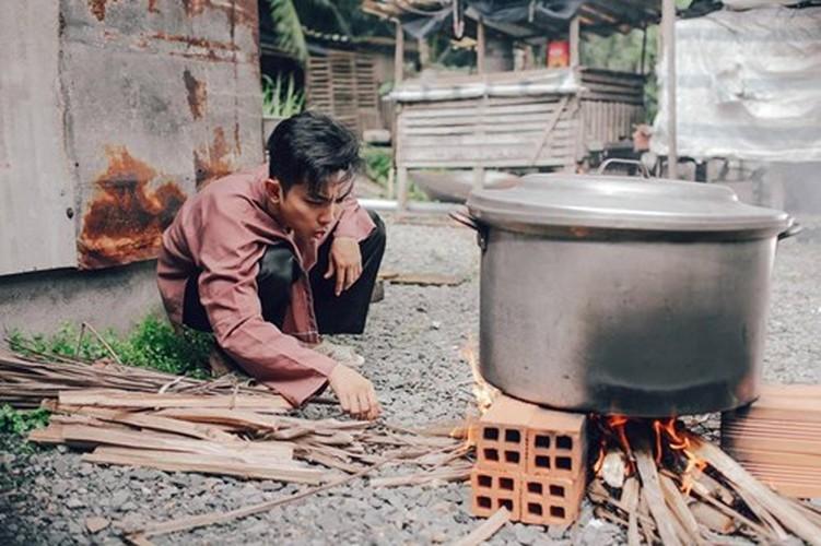 Phan Hien hi hui rua chan cho Khanh Thi