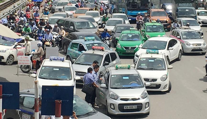 """Taxi """"quay"""" cong benh vien, dan hang bit duong xe cap cuu-Hinh-2"""