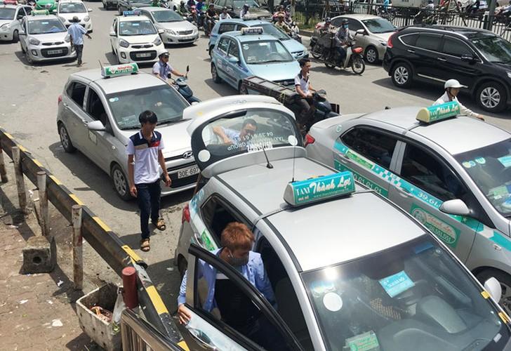 """Taxi """"quay"""" cong benh vien, dan hang bit duong xe cap cuu-Hinh-3"""