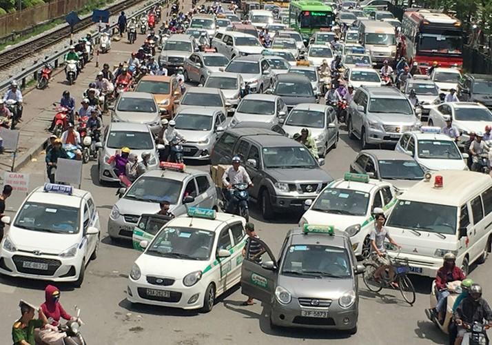 """Taxi """"quay"""" cong benh vien, dan hang bit duong xe cap cuu-Hinh-4"""