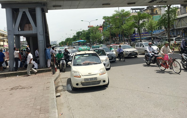 """Taxi """"quay"""" cong benh vien, dan hang bit duong xe cap cuu-Hinh-6"""