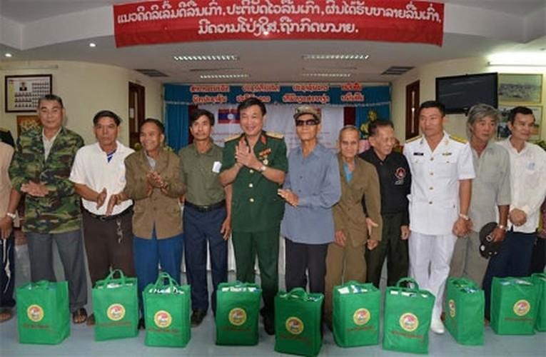 Muc kich Quan y Viet Nam chua benh cho bo doi Lao-Hinh-3
