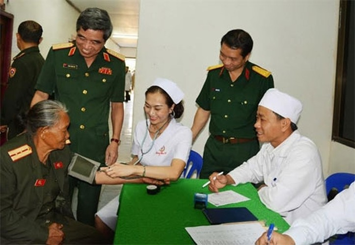 Muc kich Quan y Viet Nam chua benh cho bo doi Lao-Hinh-5