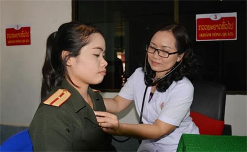 Muc kich Quan y Viet Nam chua benh cho bo doi Lao-Hinh-6