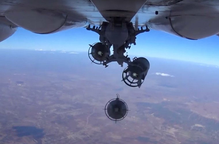 Phien quan IS bo tay hoan toan truoc may bay Nga-Hinh-8