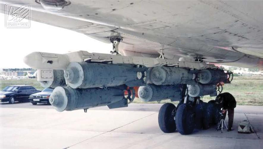 """""""Dung toc gay"""" kha nang bay """"doc"""" cua may bay Tu-22 Nga-Hinh-4"""