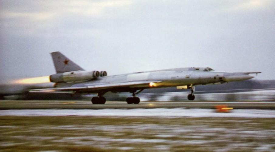 """""""Dung toc gay"""" kha nang bay """"doc"""" cua may bay Tu-22 Nga-Hinh-5"""