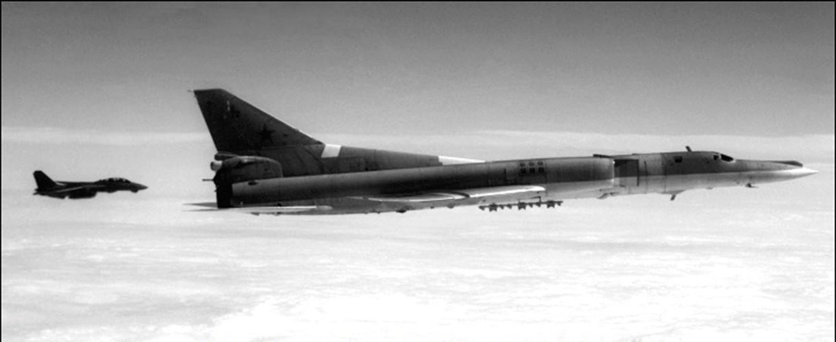 """""""Dung toc gay"""" kha nang bay """"doc"""" cua may bay Tu-22 Nga-Hinh-8"""