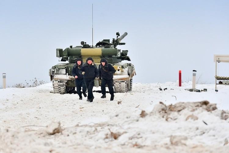 Muc kich xe tang T-80U tap tran bao ve Moscow-Hinh-4