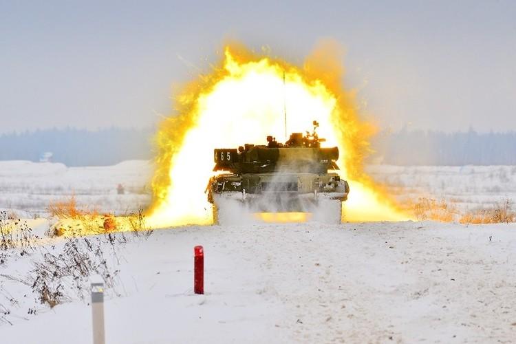 Muc kich xe tang T-80U tap tran bao ve Moscow-Hinh-9