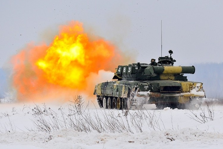 Muc kich xe tang T-80U tap tran bao ve Moscow