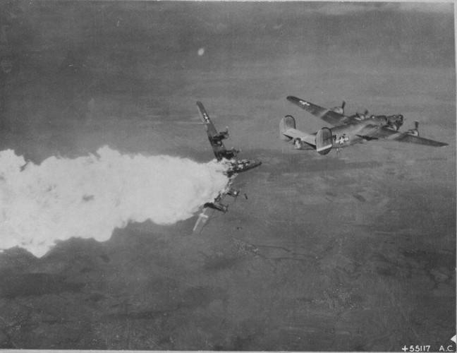 Dau long canh may bay nem bom bi ban ha trong CTTG2 (2)-Hinh-11