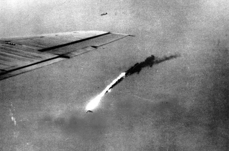 Dau long canh may bay nem bom bi ban ha trong CTTG2 (1)-Hinh-10