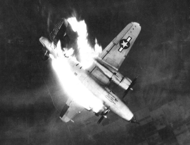 Dau long canh may bay nem bom bi ban ha trong CTTG2 (1)-Hinh-5