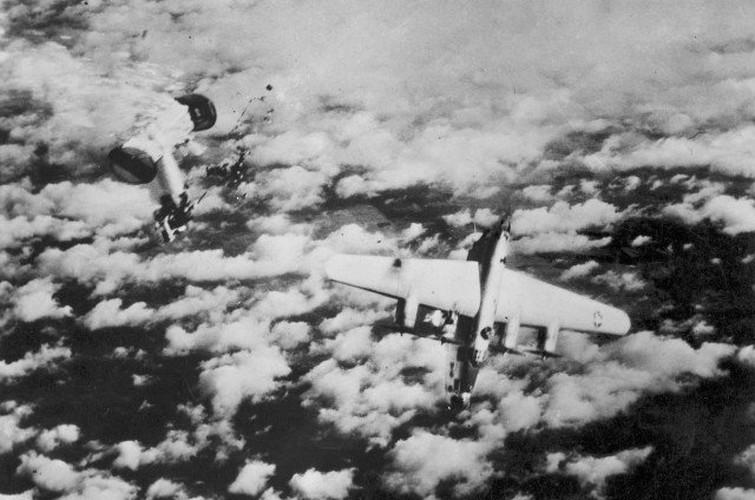 Dau long canh may bay nem bom bi ban ha trong CTTG2 (1)-Hinh-9