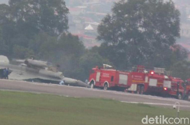Mat phanh, tiem kich F-16 truot khoi duong bang, lat ngua-Hinh-2