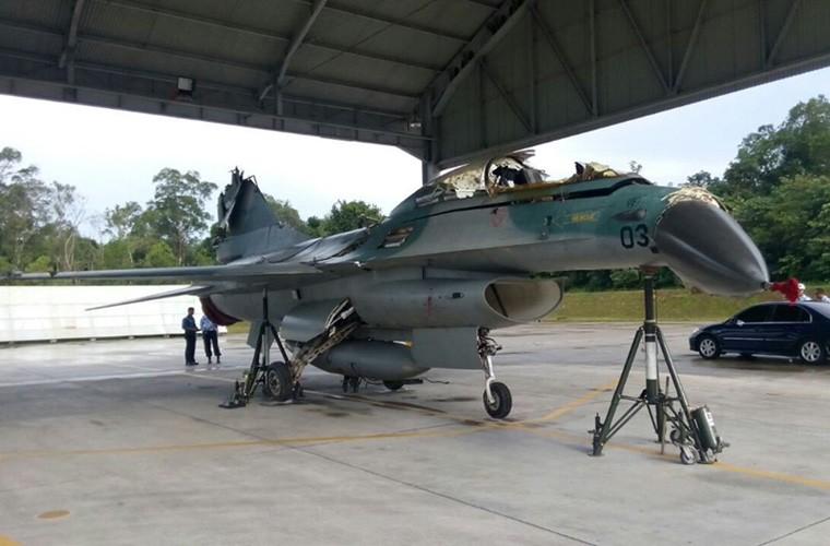 Mat phanh, tiem kich F-16 truot khoi duong bang, lat ngua-Hinh-3