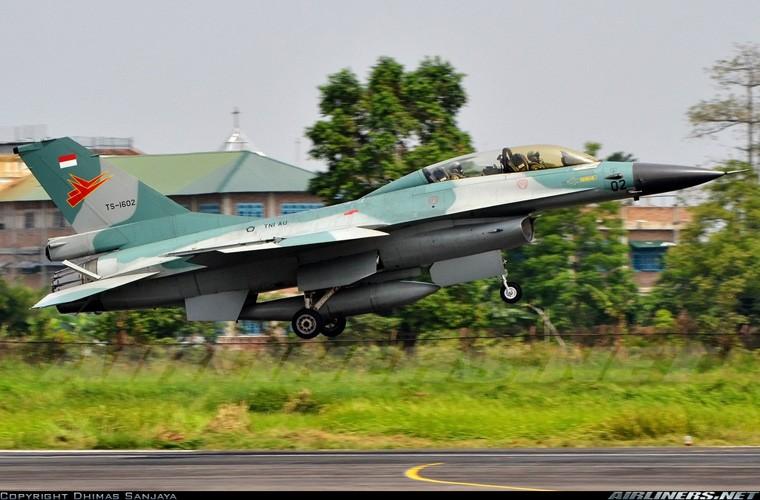 Mat phanh, tiem kich F-16 truot khoi duong bang, lat ngua-Hinh-4