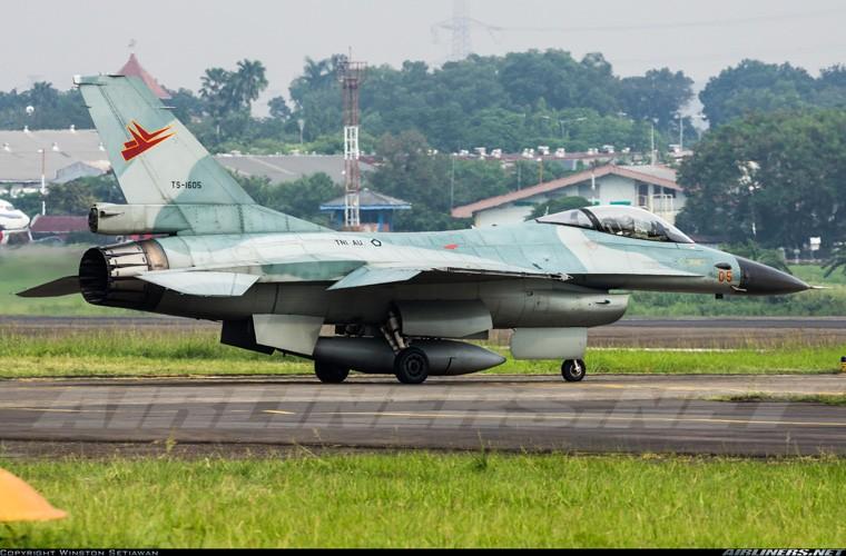 Mat phanh, tiem kich F-16 truot khoi duong bang, lat ngua-Hinh-6