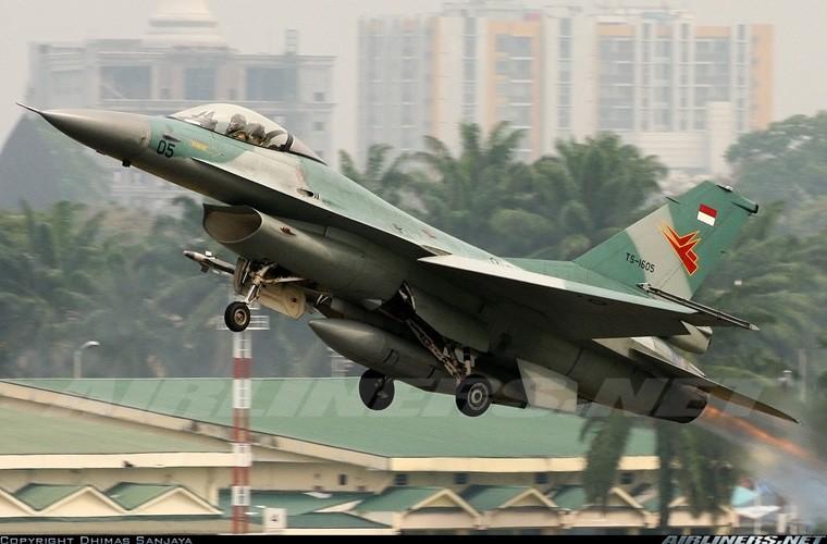 Mat phanh, tiem kich F-16 truot khoi duong bang, lat ngua-Hinh-7