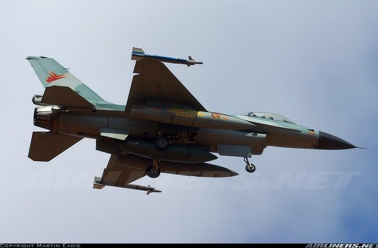 Mat phanh, tiem kich F-16 truot khoi duong bang, lat ngua-Hinh-8
