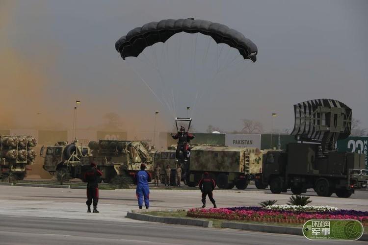 "Soi loat vu khi ""khung"" Quan doi Pakistan dem ra duyet binh-Hinh-4"