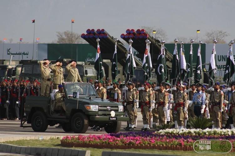 "Soi loat vu khi ""khung"" Quan doi Pakistan dem ra duyet binh"