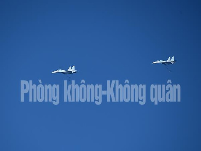 Chinh xac tuyet doi loat bom cua Su-30MK2 Viet Nam tren bien-Hinh-4