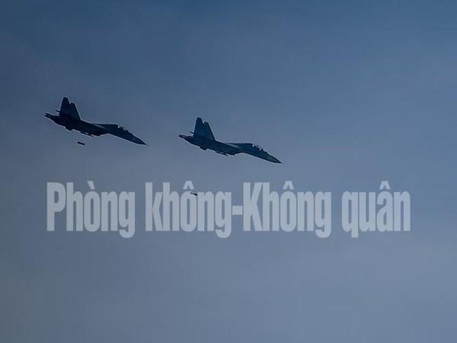 Chinh xac tuyet doi loat bom cua Su-30MK2 Viet Nam tren bien-Hinh-6